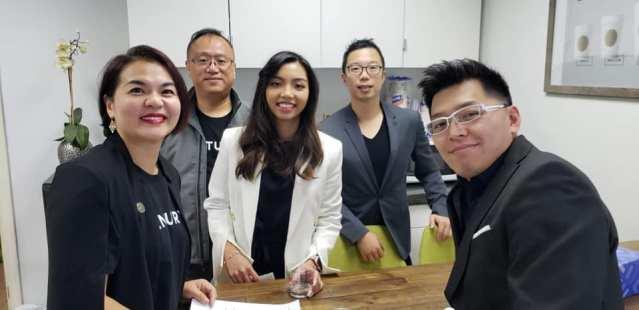 7.21世紀聯盟地產公司職員合影:行政總裁Sharon Wong(左1)