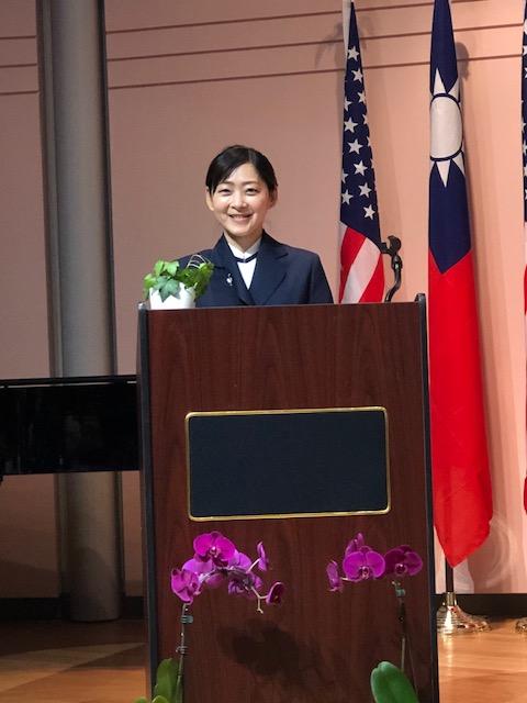芝加哥慈濟人文中文學校的校長陳淑娟擔任朗讀比賽的主持