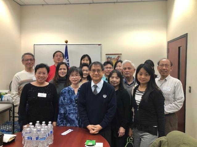 芝加哥慈濟人文中文學校負責人張泰生(前排中)主持裁判會議