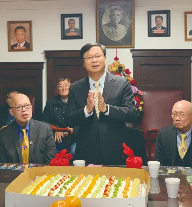4 黃鈞耀處長向兩位會長表示最熱烈的祝賀