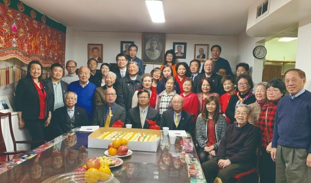 7. 會長陳偉聖、伍國平及新屆職員們與黃鈞耀處長等人合影