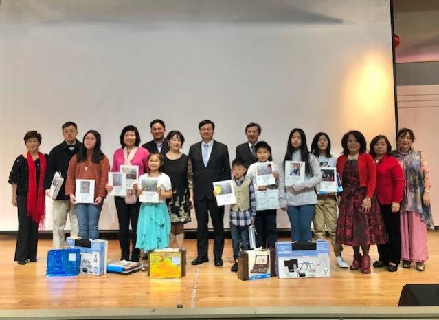 會長徐曙明頒贈獎狀及精美禮物給參加2019年兒童繪畫比賽得獎者並且和贊助者合影